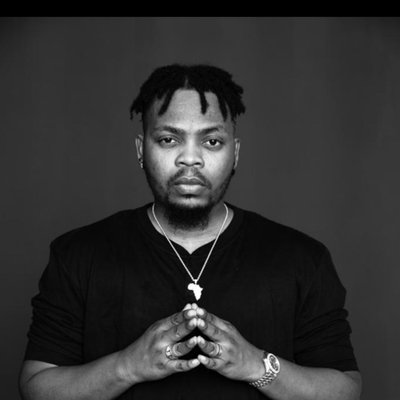 Sharp Guy: Watch How Olamide Counter Attack A Guy Who Is Trying To Steal His Chain On Stage
